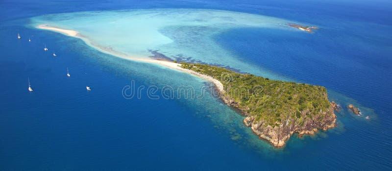 Panorama aéreo de la isla remota exótica imágenes de archivo libres de regalías