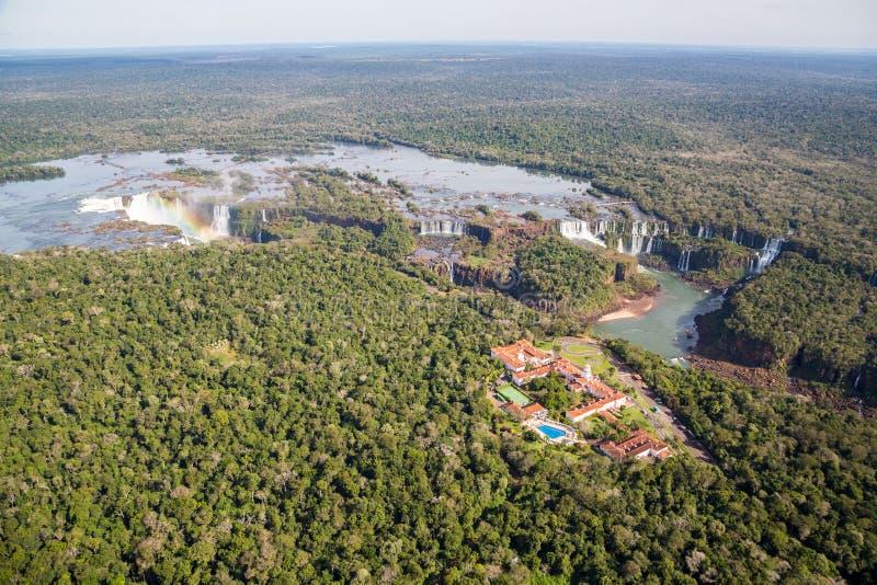 Panorama aéreo de la vista panorámica de las cataratas del Iguazú desde arriba, de un helicóptero Frontera del Brasil y de la Arg fotografía de archivo
