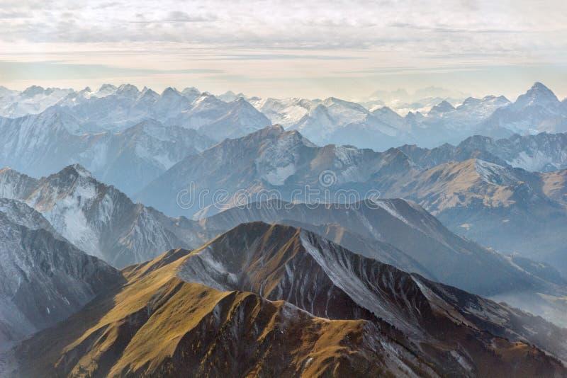 Panorama aéreo de los picos de montaña foto de archivo