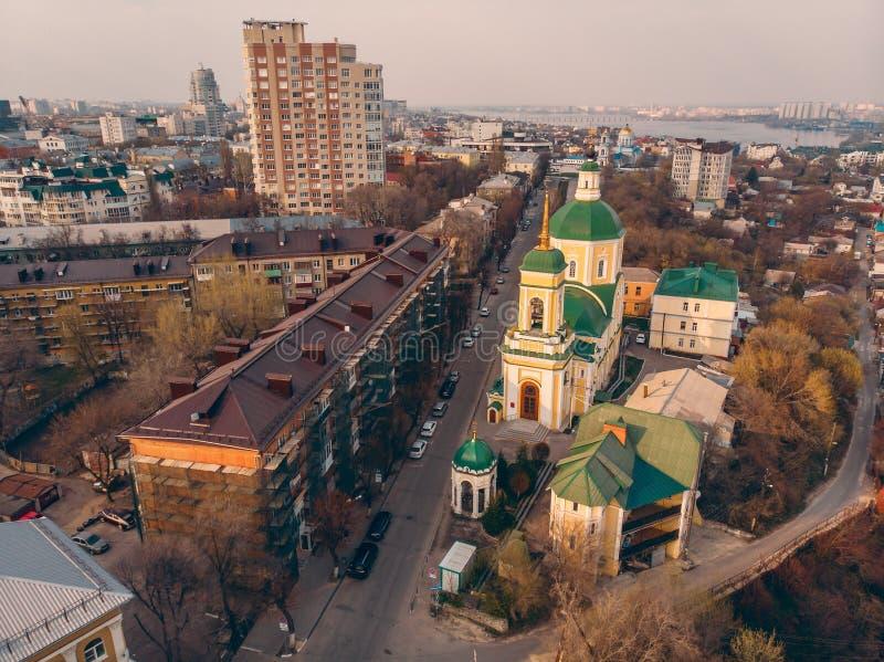 Panorama aéreo de Voronezh no centro histórico com igreja ortodoxa, construções e estradas foto de stock