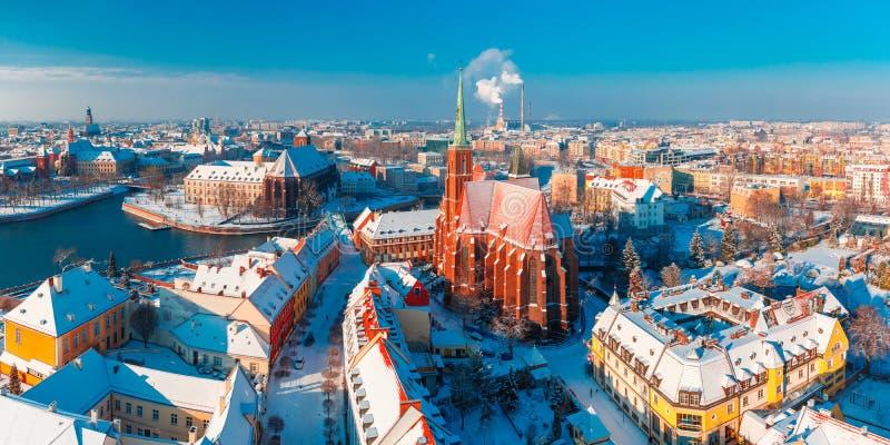 Panorama aéreo de Wroclaw por la mañana del invierno fotos de archivo