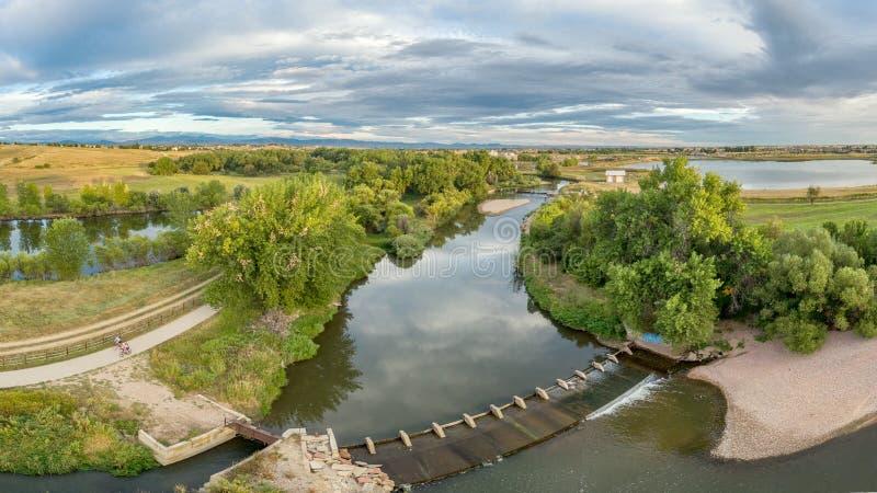 Panorama aéreo del río de Poudre imagenes de archivo