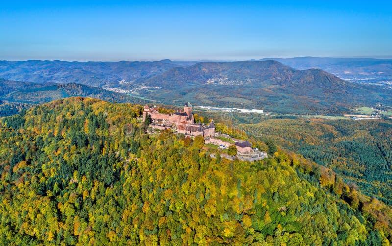 Panorama aéreo do castelo du Haut-Koenigsbourg nas montanhas de Vosges Alsácia, France foto de stock royalty free