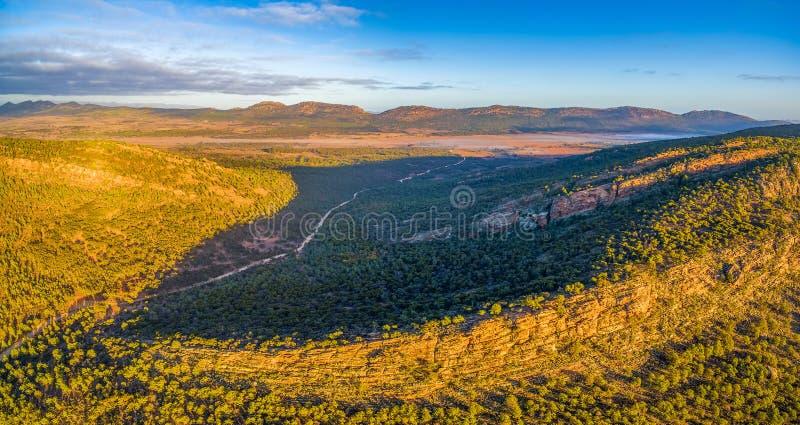 Panorama aéreo do interior australiano sul no por do sol imagens de stock