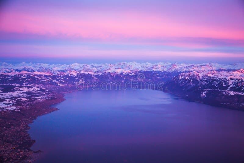 Panorama aéreo do lago Genebra e dos cumes durante o por do sol, Suíça foto de stock