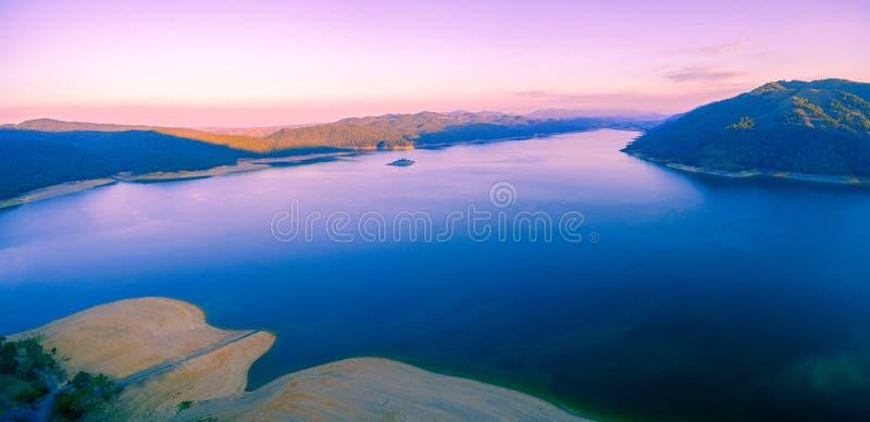 Panorama aéreo do lago magnífico Burrinjuck no por do sol Novo Gales do Sul, Victoria, Austrália fotos de stock