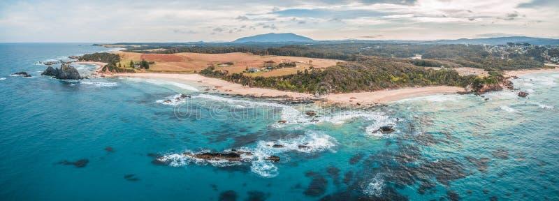 Panorama aéreo do litoral áspero bonito em Narooma, Novo Gales do Sul, Austrália fotografia de stock royalty free