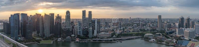 Panorama aéreo do por do sol de Marina Bay, do distrito financeiro e da cidade de Singapura fotografia de stock