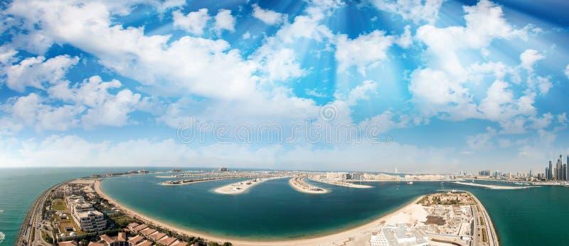 Panorama aéreo do porto de Dubai - vista da ilha de Jumeirah da palma fotos de stock royalty free
