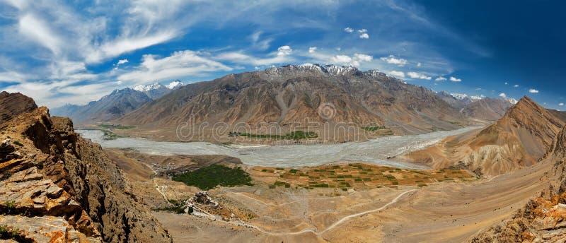 Panorama aéreo do vale de Spiti e do gompa da chave nos Himalayas imagem de stock