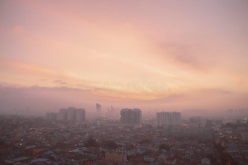 Panorama aéreo en la salida del sol anaranjada de Petaling Jaya, suburbio de Ku fotografía de archivo libre de regalías