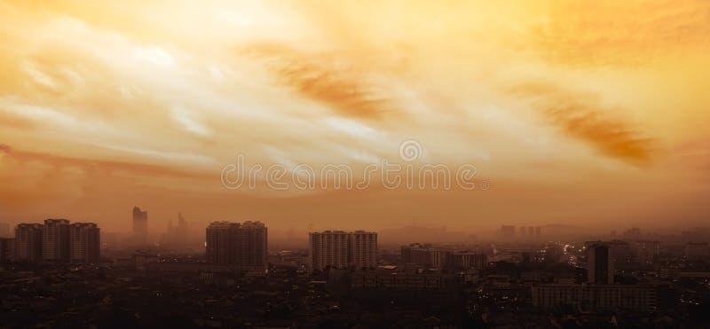 Panorama aéreo en la salida del sol anaranjada de Petaling Jaya, suburbio de Ku imagen de archivo