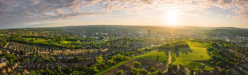 panorama aéreo 12k de Sheffield City en la puesta del sol imagen de archivo