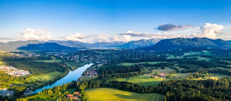 Panorama aéreo mún Tölz, valle de Isar, Baviera de Alemania La puesta del sol tiró en junio imagen de archivo libre de regalías