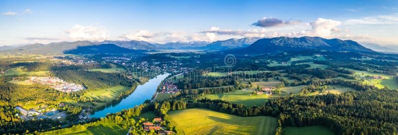 Panorama aéreo mún Toelz, valle de Isar, Baviera de Alemania La puesta del sol tiró en junio imagen de archivo
