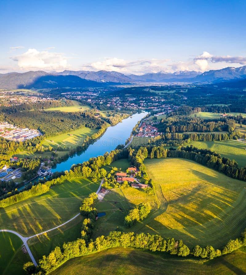 Panorama aéreo mún Toelz, valle de Isar, Baviera de Alemania La puesta del sol tiró en junio imagenes de archivo