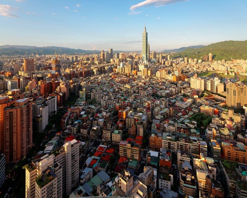 Panorama aéreo sobre Taipei céntrica, capital de Taiwán con vista de la torre prominente de Taipei 101 en medio de rascacielos imágenes de archivo libres de regalías
