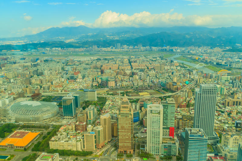Panorama aéreo sobre Taipei, capital de Taiwán, en un s azul foto de archivo