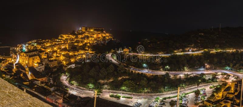 Panorama aérien de nuit Raguse Ibla et Raguse Superiore ou ville supérieure - une partie d'un site de patrimoine mondial de l'UNE photo stock