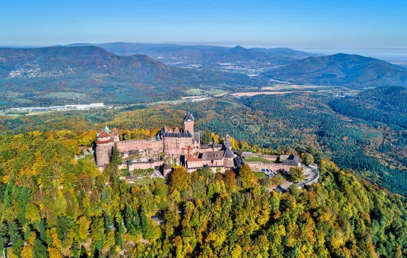 Panorama aérien du château du Haut-Koenigsbourg dans les montagnes de VOSGES Alsace, France photographie stock libre de droits