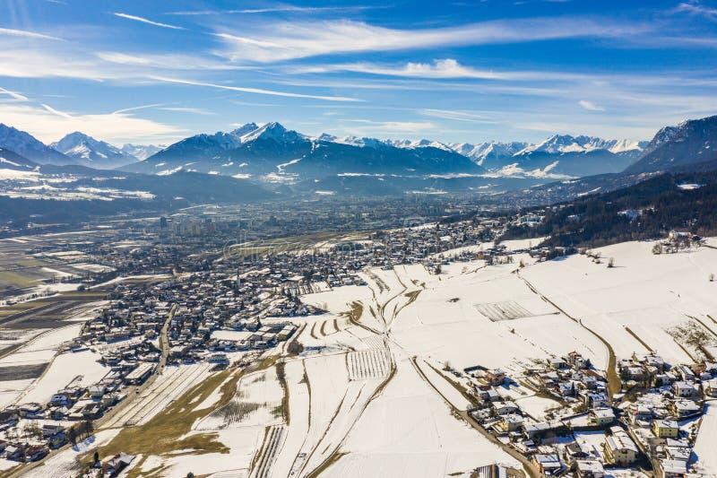 Panorama aérien grand-angulaire d'Innsbruck image libre de droits