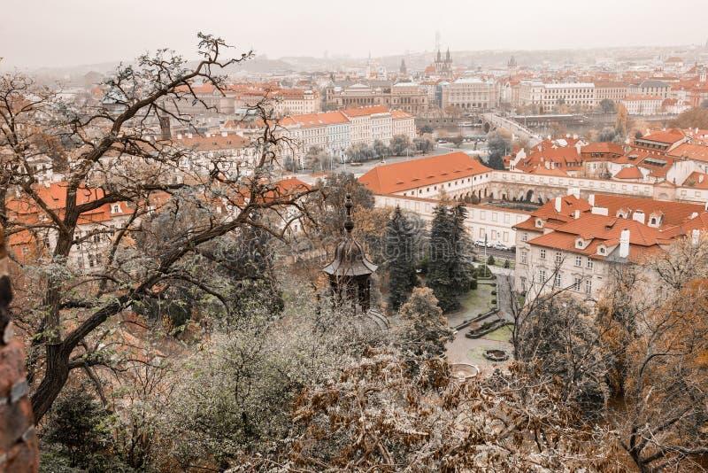 Panorama aérien scénique de la vieille architecture de ville à Prague, République Tchèque photos libres de droits