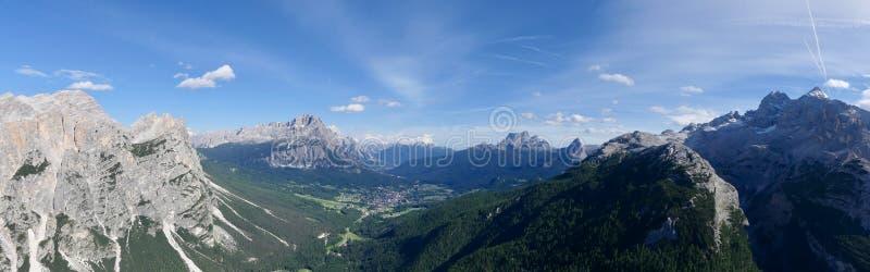 Panorama aan Cortina en mooie aard in Dolomity royalty-vrije stock fotografie
