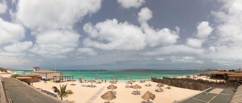 Panorama aan het strand van het Uitzicht van de eilandboa, Kaapverdië stock foto's