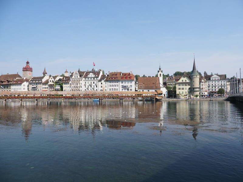 Panorama aan historische gebouwen en kapelbrug bij Reuss-rivier bij Europese stad van Luzerne in Zwitserland stock foto
