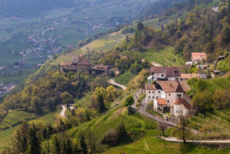 Panorama aan Kasteel Thurnstein en Kerk Sankt Peter ob Gratsch, van gemeentedorp van Tirol, Zuid-Tirol, Italië royalty-vrije stock afbeeldingen
