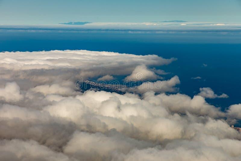 Panorama aan Puerto de la Cruz en Orotava vallei Boven wight pluizige wolken, duidelijk blauw hemel en stuk van La Palma royalty-vrije stock afbeelding