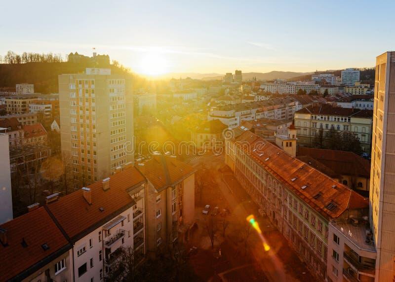 Panorama aan stadscentrum Ljubljana en Kasteelzonsondergang stock afbeeldingen