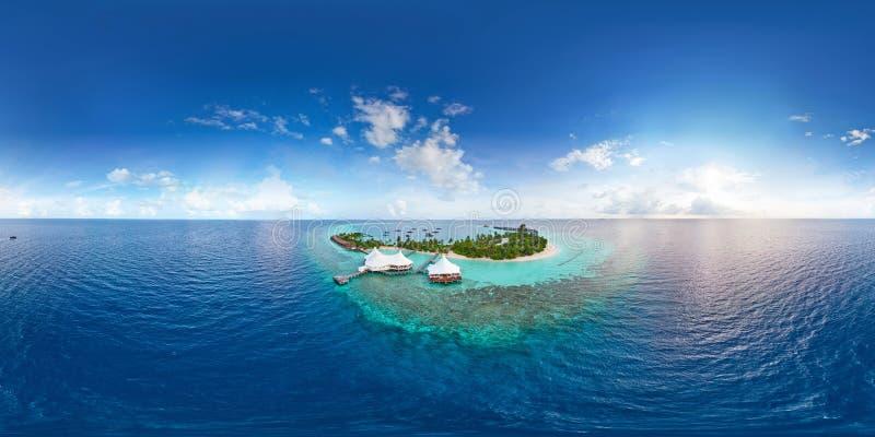 Panorama aereo de la playa del paraíso tropical en la pequeña isla de Maldivas fotos de archivo