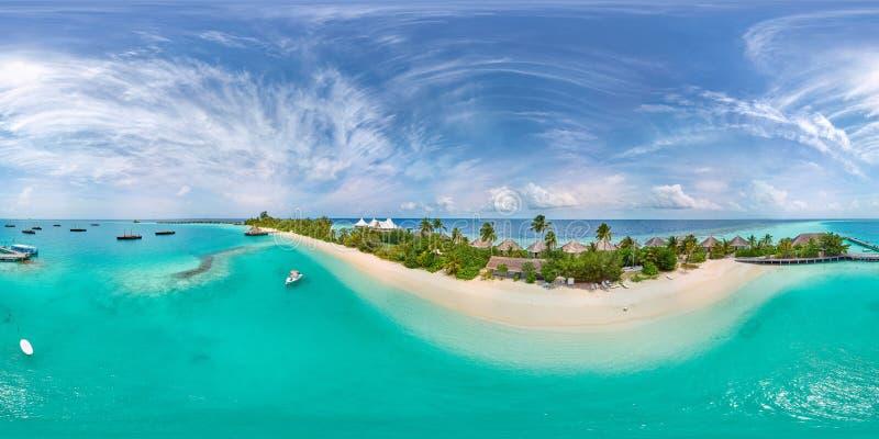 Panorama aereo de la playa del paraíso tropical en la pequeña isla de Maldivas fotos de archivo libres de regalías