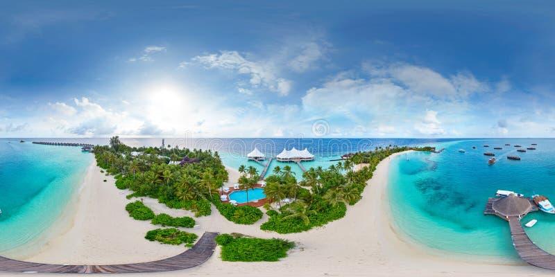 Panorama aereo de la playa del paraíso tropical en la pequeña isla de Maldivas foto de archivo