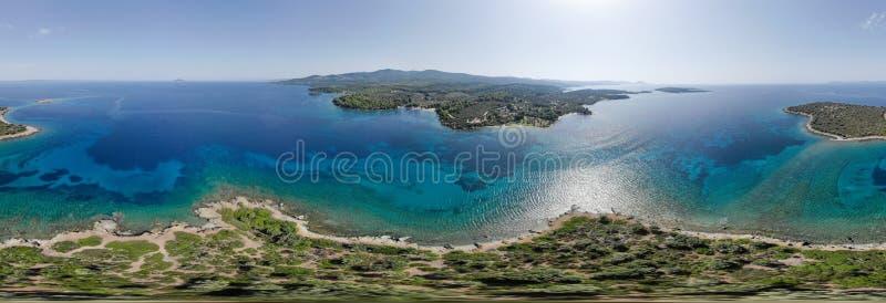 Panorama aereo 360 del fuco dell'isola vicino alla riva di mare fotografia stock libera da diritti