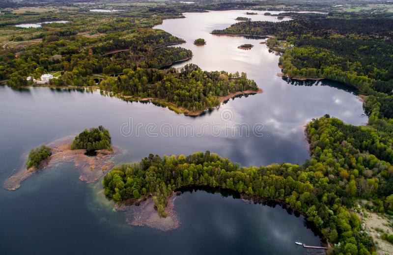 Panorama aereo del lago e della foresta immagini stock libere da diritti