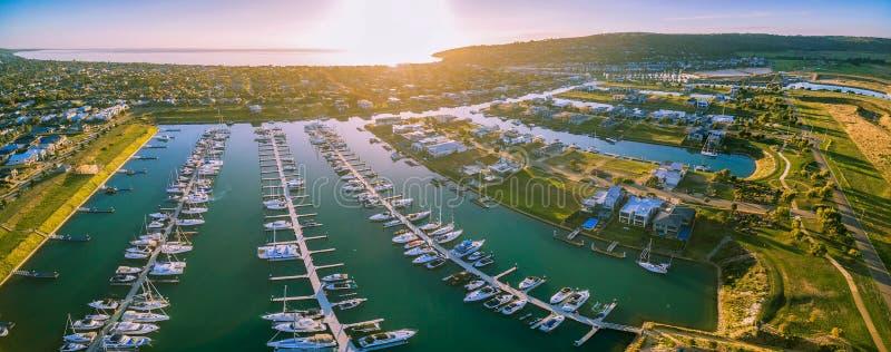 Panorama aereo del sobborgo e del porticciolo della spiaggia di sicurezza con porto Phil fotografie stock