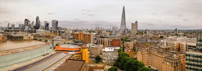 Panorama aereo della riva del fiume di Londra e dell'orizzonte della città immagini stock