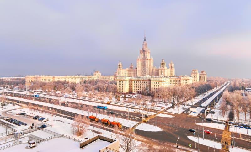 Panorama aereo vibrante della citt? universitaria di inverno dell'universit? famosa di tramonto con gli alberi nevicati a Mosca fotografie stock
