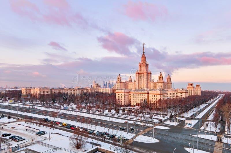 Panorama aereo vibrante della citt? universitaria di inverno dell'universit? famosa di tramonto con gli alberi nevicati a Mosca fotografie stock libere da diritti