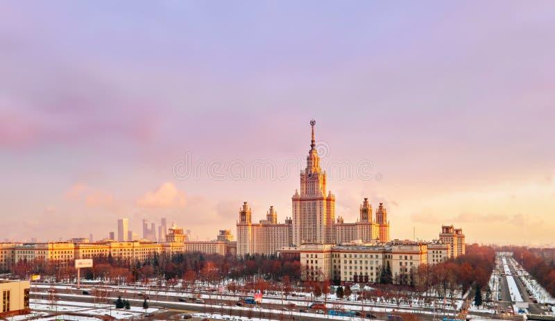 Panorama aereo vibrante della citt? universitaria di inverno dell'universit? famosa di tramonto con gli alberi nevicati a Mosca fotografia stock
