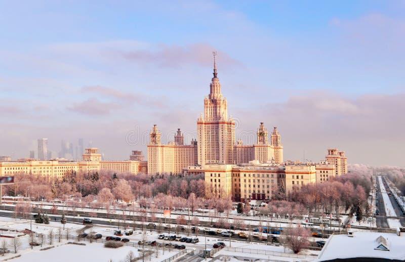 Panorama aereo vibrante della citt? universitaria di inverno dell'universit? famosa di tramonto con gli alberi nevicati a Mosca fotografia stock libera da diritti