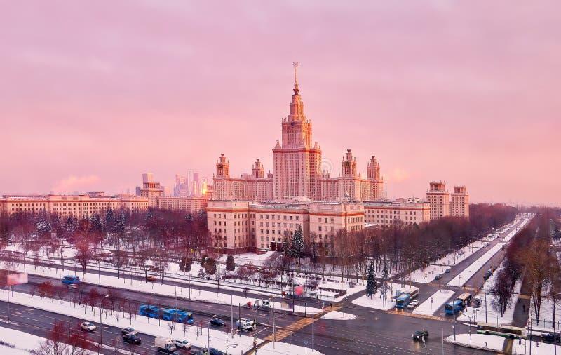 Panorama aereo vibrante della citt? universitaria di inverno dell'universit? famosa di tramonto con gli alberi nevicati a Mosca immagini stock libere da diritti