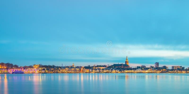 Panorama- aftonsikt av den holländska staden av Nijmegen arkivbilder