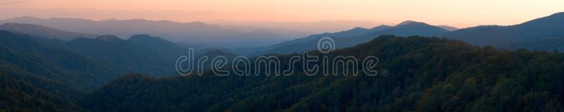 Panorama ahumado de la puesta del sol de la montaña imagenes de archivo