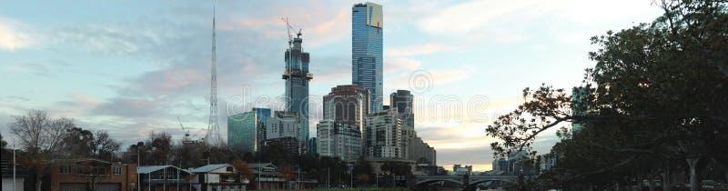 panorama al tramonto panoramico degli edifici del grattacielo cBD della città di Melbourne presso il fiume Yarra, Victoria centra fotografie stock libere da diritti