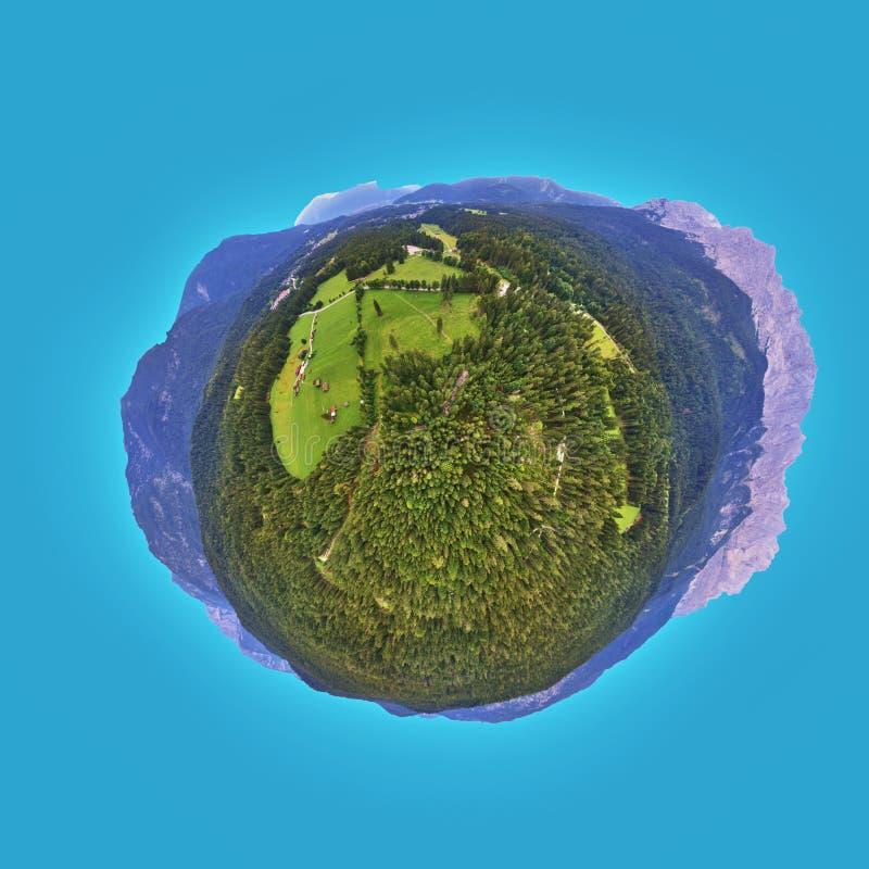 Panorama alpin avec forêt et prairie de montagne, photo aérienne, Petite Planète, panorama sphérique de 360 degrés image libre de droits