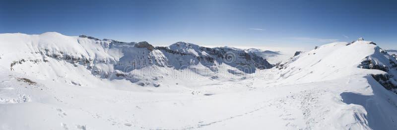 Panorama alpino de Extrawide en invierno con nevadas fuertes imagenes de archivo
