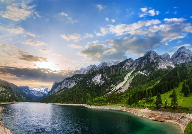 Panorama alpino do por do sol do lago do verão imagem de stock